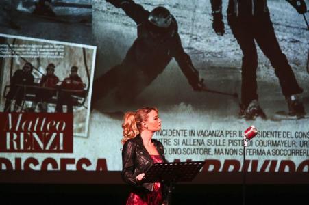 """A Trieste tutto esaurito per """"Lecchini, cortigiani & penne alla bava"""" di Marco Travaglio. Le foto"""