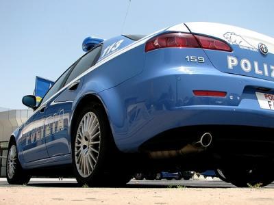 Aggredisce alla cieca passanti e poliziotti in centro a Trieste, interviene Squadra Volante